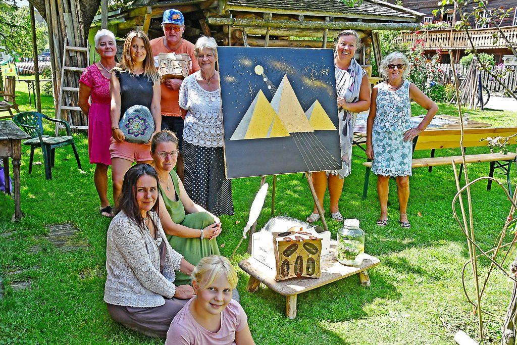Die Künstler des Vereins Ökokreativ beim Lebens-Kunst Open Air im Samplhaus